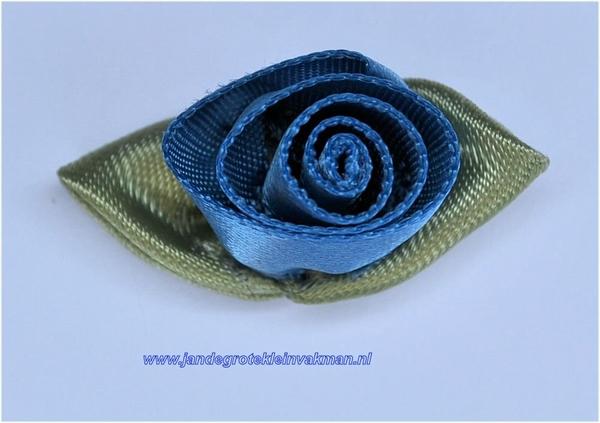 Roosje opnaaibaar met blaadjes. Blauw, ca. 30mm