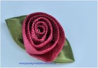 Roosje opnaaibaar met blaadjes. Fuchsia, ca. 30mm