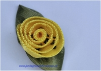 Roosje opnaaibaar met blaadjes. Geel, ca. 30mm