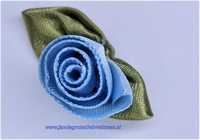 Roosje opnaaibaar met blaadjes. Lichtblauw, ca. 30mm