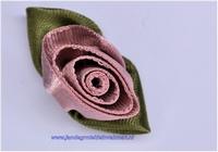 Roosje opnaaibaar met blaadjes. Oudroze, ca. 30mm